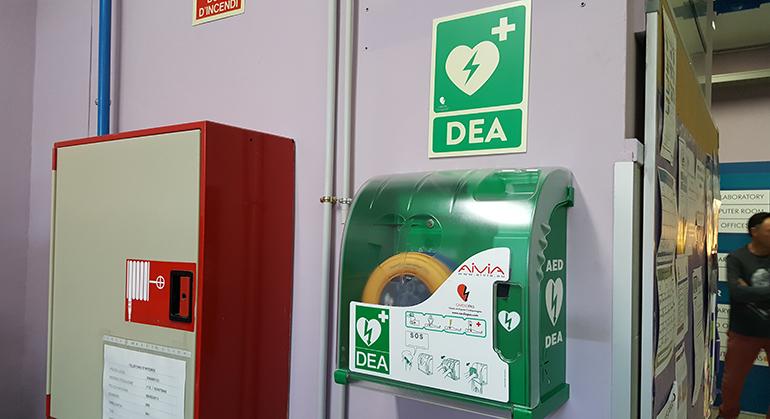 Desde el curso pasado, la escuela Joan Bardina, de Sant Boi de Llobregat, ha añadido un desfibrilador a sus instalaciones. El nuevo DESA, un Samaritan 350P con ayuda a la… Leer más